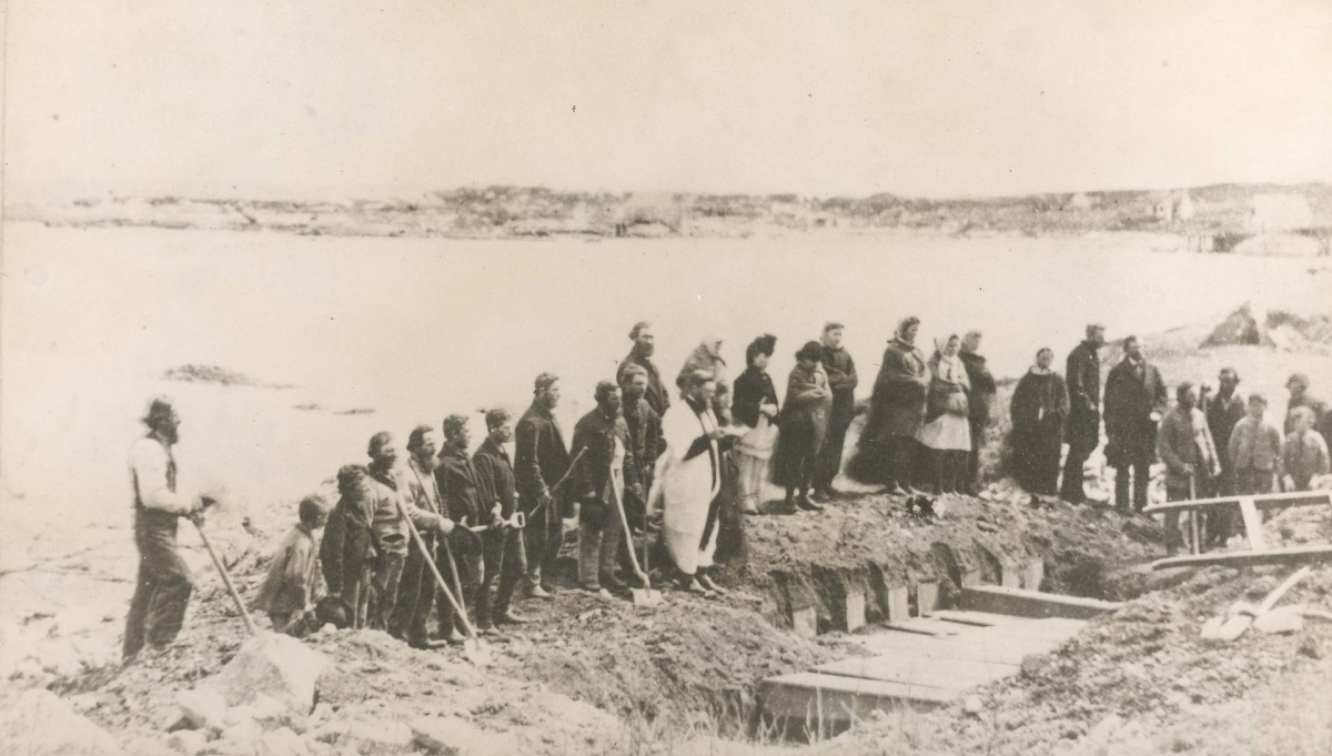 Burial_service_of_victims_of_wreck_of_SS_Atlantic,_at_Lower_Prospect,_Halifax_County,_Nova_Scotia,_Canada,_April_1873.jpg