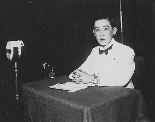 Yoshiko_Kawashima_in_recording_studio_1933.jpg