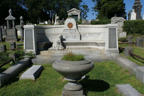 Photo: Houdini's gravesite. Source: Anthony 22; Wikimedia Commons.